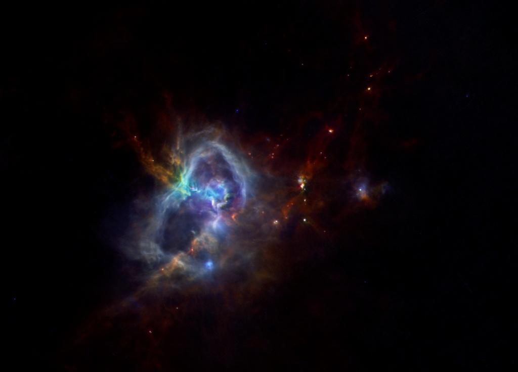 «Звёздные ясли» W40 в созвездии Орла содержат около 600 формирующихся светил. Область имеет в поперечнике размер около 25 световых лет и находится от нас примерно в 1000 световых лет. Фото: spaceinimages.esa.int