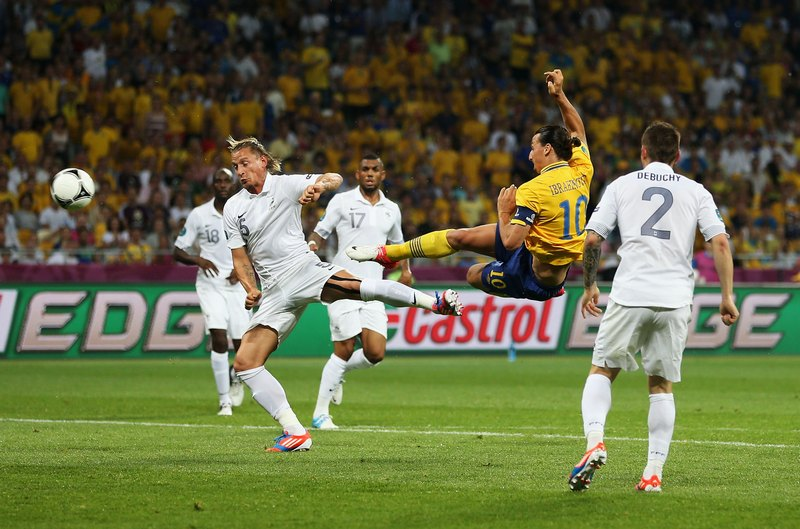 Златан Ибрагимович (Швеция) забивает гол сборной Франции, 19июня, Киев. Фото: Julian Finney/Getty Images