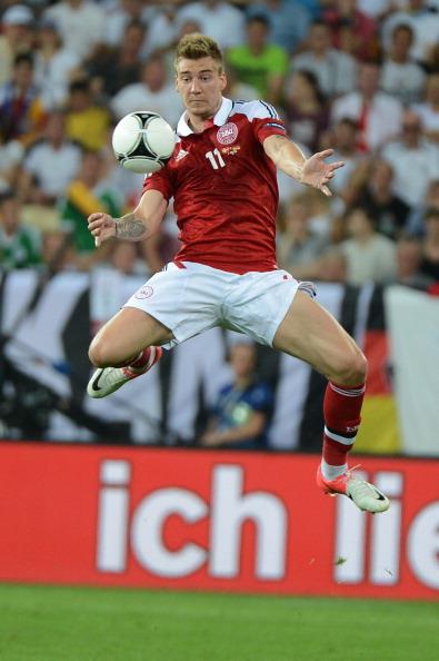 Ніколас Бендтнер (Данія) обробляє м'яч в повітрі, 17 червня, Україна. Фото: DAMIEN MEYER/AFP/GettyImages