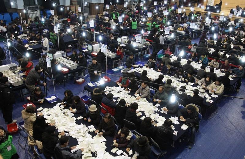 Сеул, Южная Корея, 19 декабря. Страна выбирает президента. Сотрудники центрального избирательного комитета заняты сортировкой бюллетеней и подсчётом голосов. Фото: Chung Sung-Jun/Getty Images