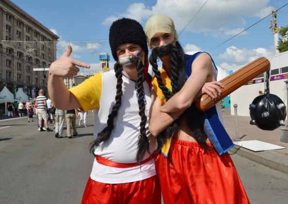 Українські вболівальники у костюмах «козаків» 12 червня 2012 року, Київ. Фото: SERGEI SUPINSKY/AFP/GettyImages