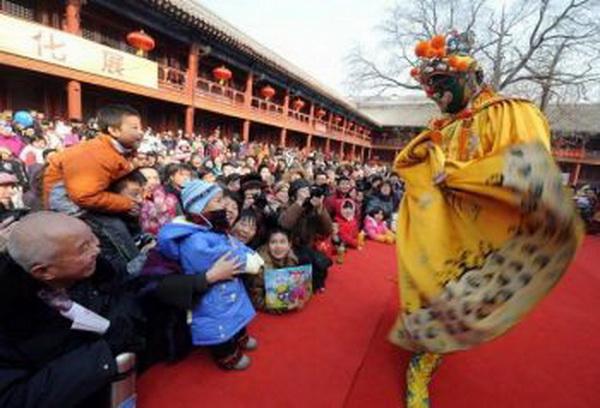 Традиционный китайский буффон (клоун) развлекает детей и взрослых. Фото: AFP/Getty Images