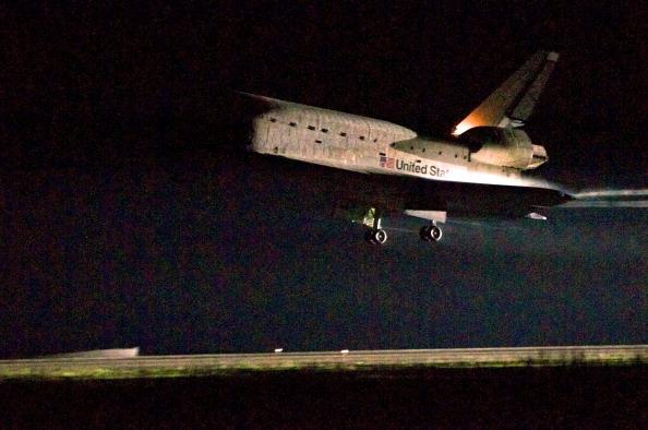 Шаттл «Индевор» совершает посадку на взлетно-посадочную полосу Космического центра Кеннеди. Фото: Roberto Gonzalez/Getty Images