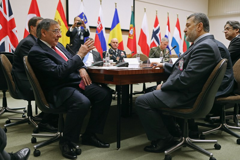 Брюссель, Бельгія, 21 лютого. Міністр оборони США Леон Панетта (ліворуч) розмовляє з міністром оборони Афганістану Басміллою Ханом на зустрічі міністрів оборони країн-членів НАТО. Фото: Chip Somodevilla/Getty Images