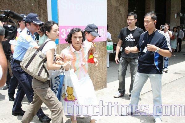 После того, как Юй Фэчжен предъявила полицейским удостоверение, её всё равно арестовали и увезли, не сообщив никаких причин и оснований задержания. Фото: Ан Чи/ The Epoch Times