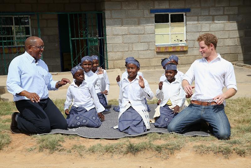 Масеру, Лесото, 27 февраля. Принц Гарри развлекается во время посещения центра для глухонемых детей. Фото: Chris Jackson/Getty Images