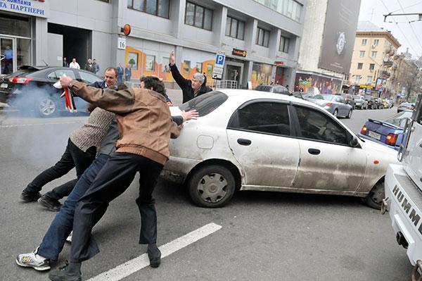 Прохожие преграждают путь автомобилю с грабителем. Фото: Владимир Бородин/The Epoch Times Украина