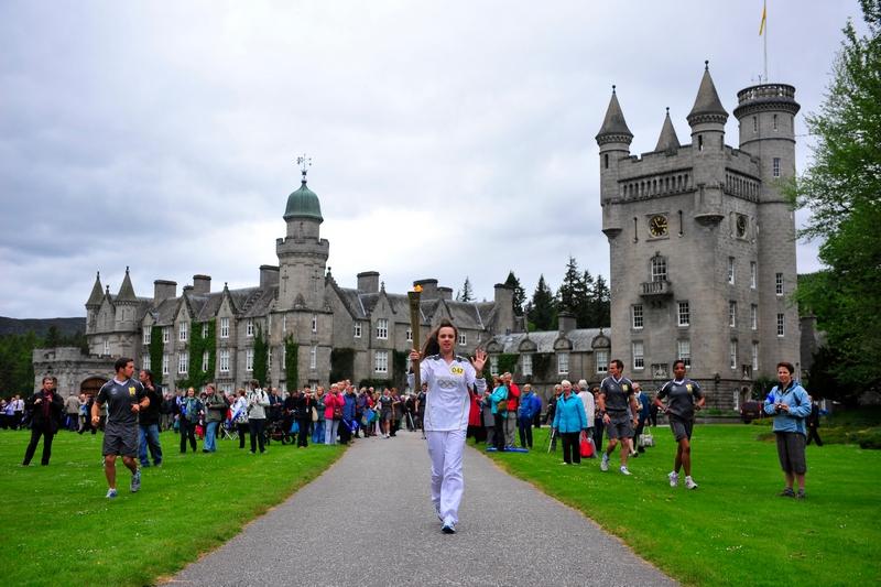 Краті, Шотландія, 11 червня. 24-й день естафети олімпійського вогню. 14-річна Лорен Фрейзер з олімпійським вогнем біля замку Балморал. Фото: LOCOG via Getty Images