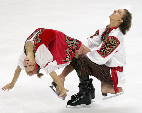 Екатерина Боброва и Дмитрий Соловьев (Россия) исполняют оригинальный танец. Фото: YURI KADOBNOV/AFP/Getty Images