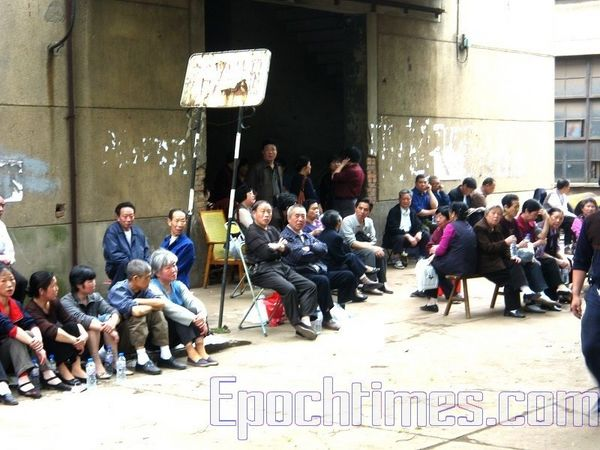 Сидячая забастовка рабочих машиностроительного завода провинции Хунань. Фото: The Epoch Times