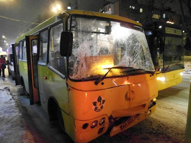 В Киеве маршрутка врезалась в троллейбус, есть пострадавшие. Фото: Владимир Бородин/Великая Эпоха