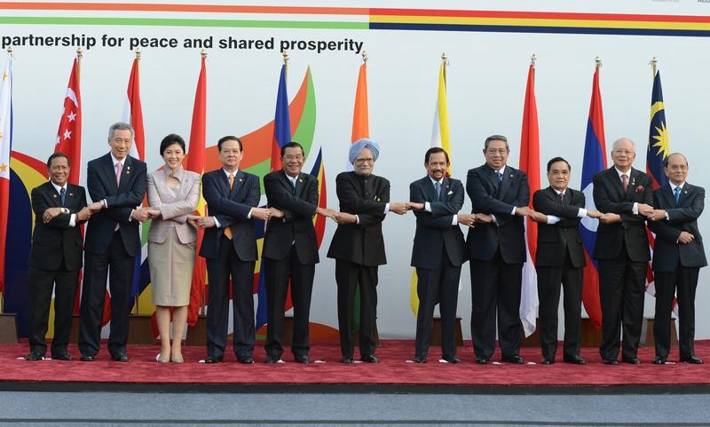 Дели, Индия, 20 декабря. Коллективный снимок лидеров стран азиатского региона, прибывших на памятный саммит, приуроченный ко дню 20-летия установления диалога Индия — АСЕАН. Фото: RAVEENDRAN/AFP/Getty Images