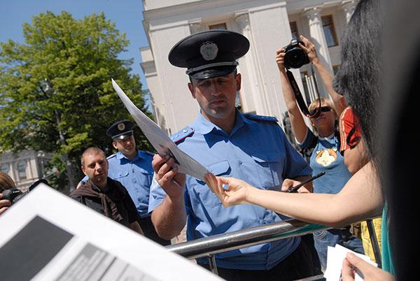 Украинские журналисты раздают газету Украинская неправда во время марша за свободу слова в Киеве 6 июня. Фото: Владимир Бородин/The Epoch Times
