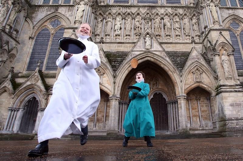 Солсбері, Англія, 5 лютого. Півчі Солсберійського собору відзначають «День млинця». Фото: Matt Cardy/Getty Images