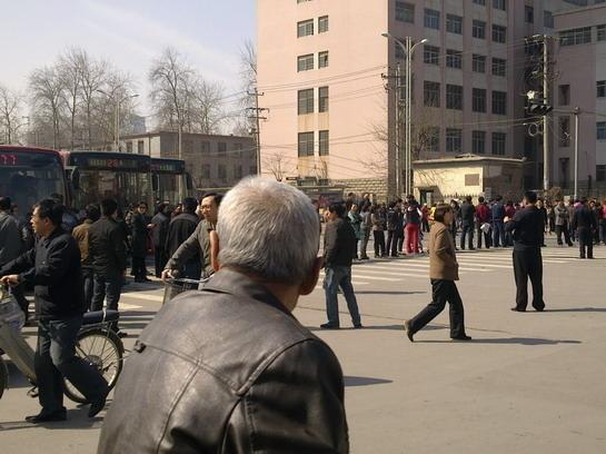 Обманутые покупатели недвижимости заблокировали дорогу. Город Шицзячжуан провинции Хэбэй. Фото с epochtimes.com