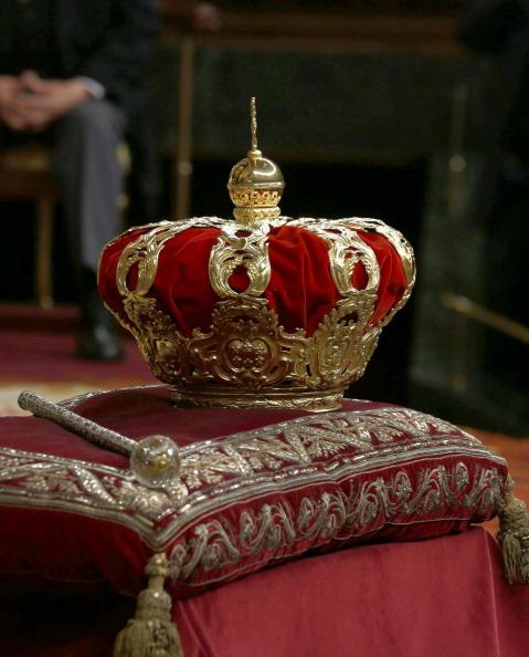 Корона испанского короля. Фото: Sergio Barrenechea/EFE — Pool Getty Images