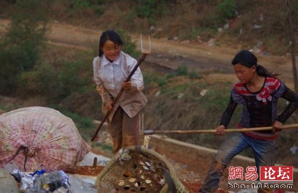 Жахливий сморід і важка робота вже стали звичними для цих людей. Фото: http://bbs.163.com