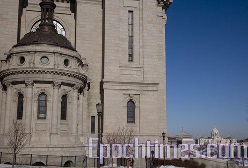Собор Св. Павла, а за ним здание правительства штата Миннесота. Фото: Великая Эпоха