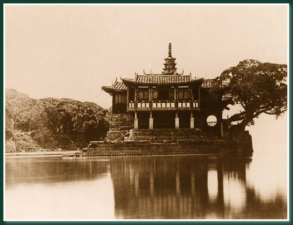 Храм «Золотая гора». Город Фучжоу. 1860 год. Фото: Теодор Джонс