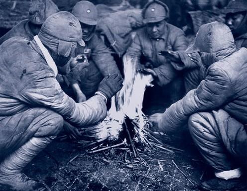 Солдаты греются у костра, ожидая приказа о месте их дислокации. Район Букоу города Нанкина. Ноябрь 1948 год. Фото с aboluowang.com