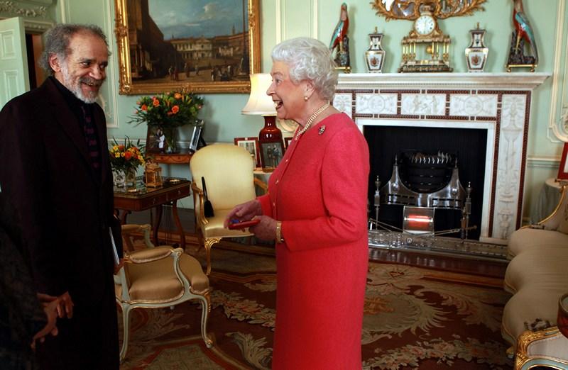 Лондон, Великобританія, 12 березня. Королева Єлизавета II нагороджує золотою медаллю Джона Агарда за досягнення в сфері поезії. Фото: Sean Dempsey — WPA Pool/Getty Images