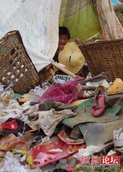Среди гор мусора – дети.