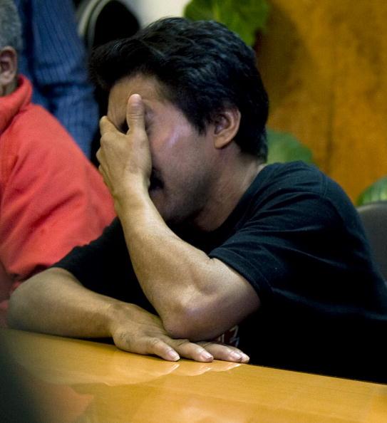 Мигель, жертва рабского труда, на пресс-конференции в Мехико. Полицейские освободили 107 человек в возрасте от 14 до 70 лет, которых насильно содержали на заводе по производству застежек для одежды. Рабочих заставляли тяжело работать, кормили гнилой пищей