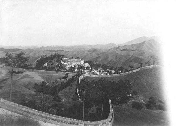 Велика китайська стіна та гірське село. Китай часів династії Цін. Фото: William Purdom