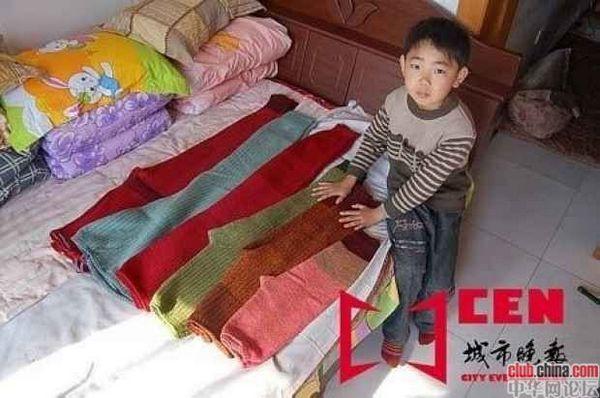 Больная раком костей заботливая мама этого мальчика перед смертью пошила ему несколько штанов на вырост до 25 лет. Фото с aboluowang.com