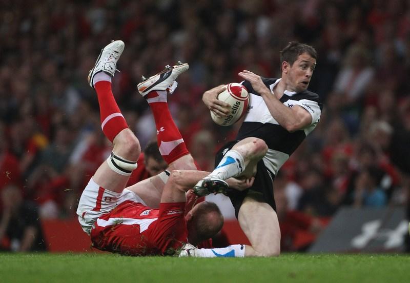 Кардифф, Уэльс, 2 июня. Шейн Уильямс («Барбарианс») пытается вырваться из захвата в матче между сборной Уэльса и «Барбарианс» на стадионе «Миллениум». Фото: Tom Shaw/Getty Images