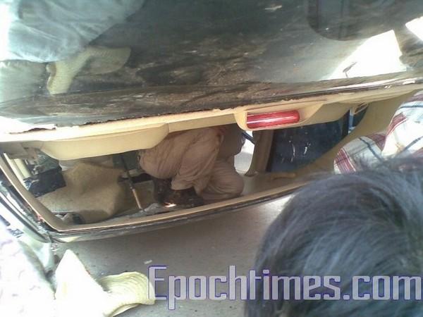 Чиновники в перевёрнутом автомобиле. 31 августа 2009 год. Посёлок Фэнвэй провинции Фуцзянь. Фото: epochtimes.com