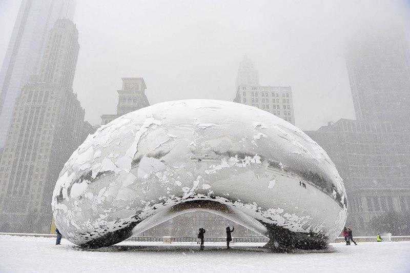 Чикаго, США, 5 березня. Вкрита снігом скульптура «Хмарні ворота». Найсильніший снігопад сезону засипав місто. Фото: Brian Kersey/Getty Images