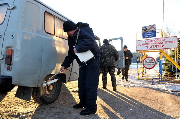 Дозиметрический контроль при выезде из зоны отчуждения на КПП Дитятко 12 декабря 2010 года. Фото: Владимир Бородин/The Epoch Times