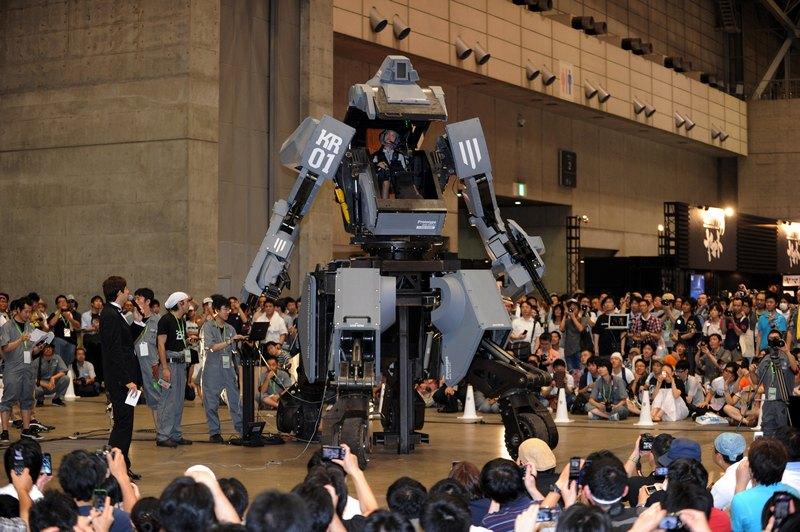 Тиба, Япония, 29 июля. На «Фестивале чудес» разработчики представили 4-х колёсного человекоподобного робота «Куратас». Высота робота 4 метра, вес 4 тонны. Стоимость — 1 млн долларов США. Фото: YOSHIKAZU TSUNO/AFP/GettyImages