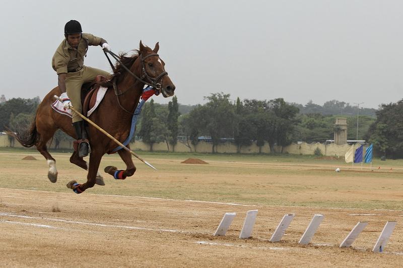 Секундерабад, Індія, 22листопада. Національний кадетський корпус відзначає 64-річчя. Верховий кадет демонструє навички володіння списом. Фото: NOAH SEELAM/AFP/Getty Images