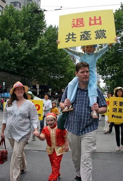 Мальчик держит плакат с надписью на китайском «Выходите из компартии». Мельбурн, Австралия. 3 декабря 2009 г. Фото: Чен Мин/The Epoch Times