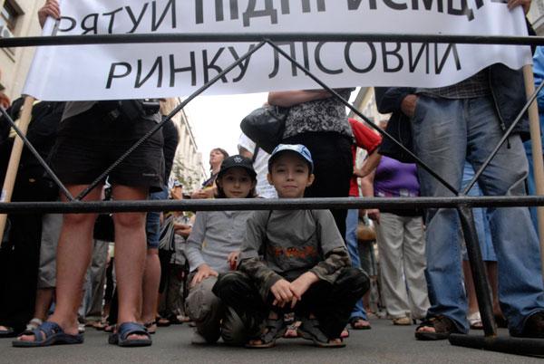 Работники Лесного рынка митингуют перед Секретариатом Президента. Фото: Владимир Бородин/The Epoch Times
