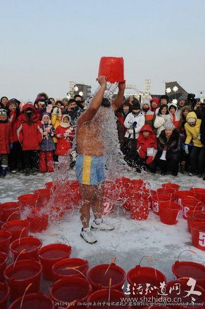 Китайский «морж» вылил на себя 90 вёдер воды. Фото с hrbbdhzq.com