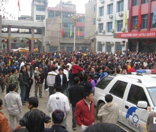 Тысячи людей окружили административное здание в уезде Дэцзян провинции Гуйчжоу. Фото: The Epoch Times