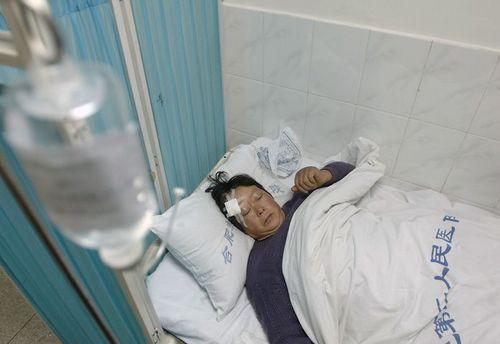 Пострадавший от обрушившегося железного навеса. Фото: AFP