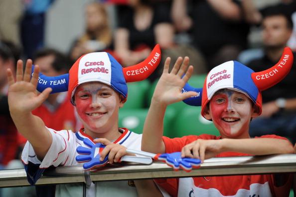 Вітання від юних чеських уболівальників в матчі Чехії та Греції, 12 червня 2012 року в Польщі. Фото: DANIEL MIHAILESCU/AFP/GettyImages