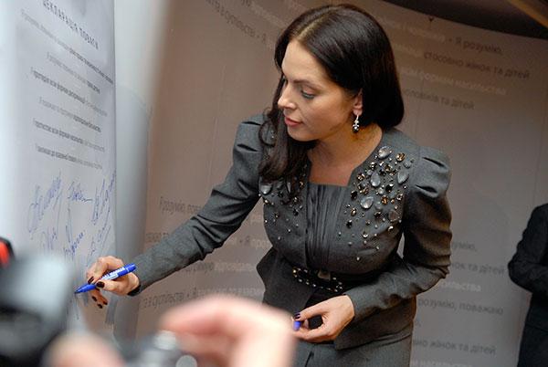 Влада Прокаева подписывает «Декларацию уважения» в Киеве. Фото: Владимир Бородин / The Epoch Times