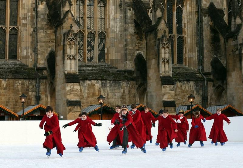 Уинчестер, Англия, 11 декабря. Хористы кафедрального собора катаются на искусственном катке, радуясь зиме. Фото: Matt Cardy/Getty Images
