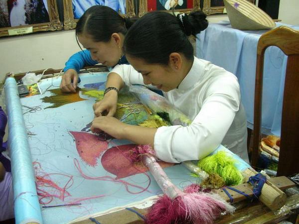 Тонкое искусство: женщины, занимающиеся возрожденным искусством традиционной вьетнамской вышивки на шелке в центре XQ Co Do в Хюэ. Фото с сайта theepochtimes.com