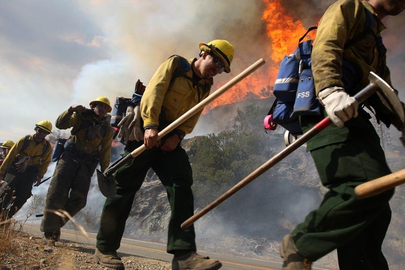 Глендора, США, 4вересня. У національному парку Каліфорнії виникла сильна пожежа, яка швидко поширилася на площі близько 1,5тис. гектарів. Фото: David McNew/Getty Images