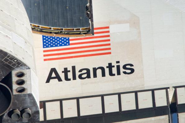 Виды шаттла «Атлантис» во время выполнения маневра «обратный кувырок». Фото: NASA via Getty Images