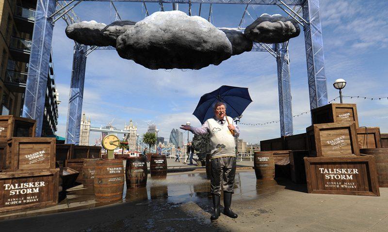 Лондон, Англия, 24 апреля. Телеведущий прогноза погоды на канале «BBC» Майкл Фиш представил в Музее дизайна первое в мире интерактивное устройство, создающее шторм. Фото: Stuart C. Wilson/Getty Images