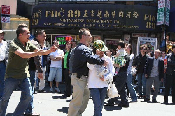 Житель Нью-Йорка защитил женщину от хулиганского нападения и позвал полицию. Фото: The Epoch Times