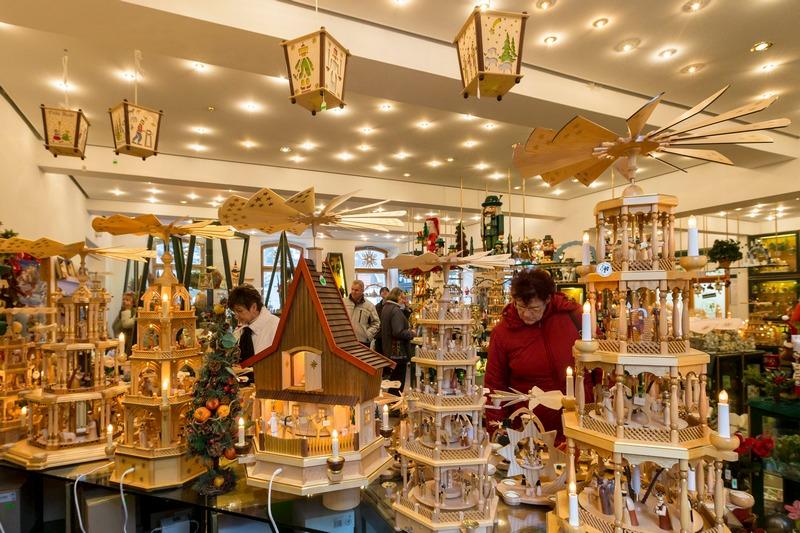 Зайфен, Германия, 20 ноября. Саксония готовится к рождеству. Магазины предлагают покупателям широкий выбор деревянных рождественских пирамид ручной работы. Фото: Joern Haufe/Getty Images