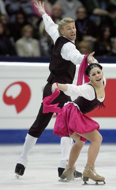 Изабель Делобель/Оливье Шонфельдер (Франция) исполняют оригинальный танец (бретонский танец). Фото: YURI KADOBNOV/AFP/Getty Images